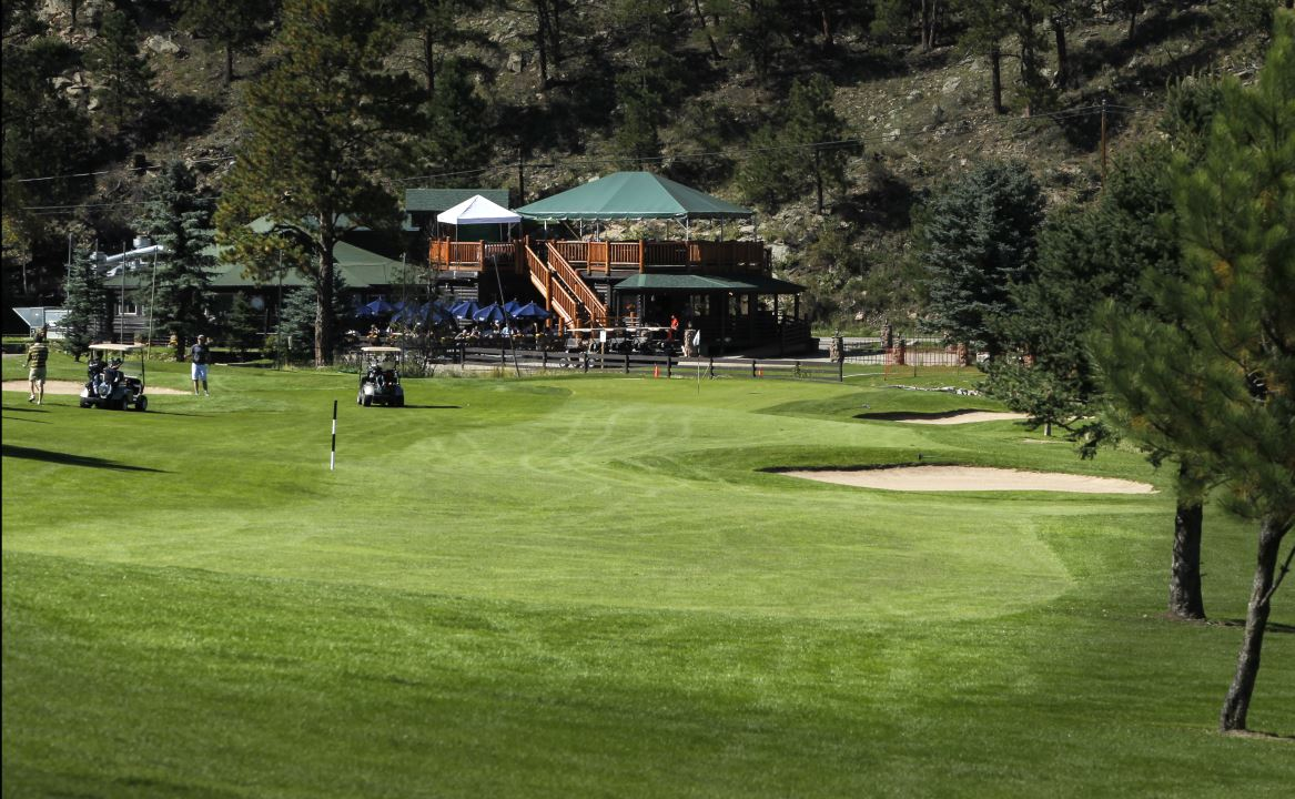Hole 18 at Evergreen Golf Course with view of Clubhouse